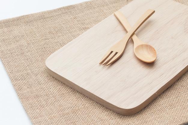 Utensílios de madeira (colher, garfo, placa de madeira)