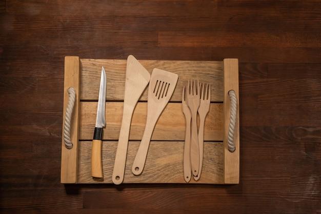 Utensílios de madeira de cozinha no layout de banner horizontal de mesa de madeira. vista superior no fundo da mesa de madeira.