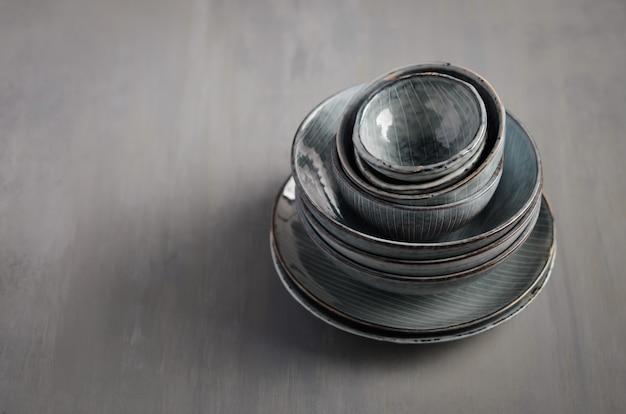 Utensílios de mesa ajustados em um fundo cinzento, foco seletivo, espaço da cópia.