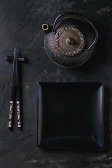 Utensílios de mesa asiáticos sobre preto