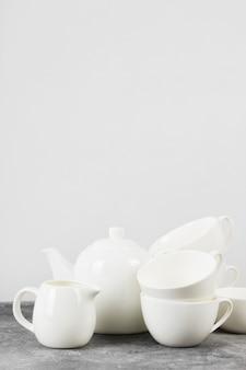 Utensílios de mesa branco limpo em um fundo cinza