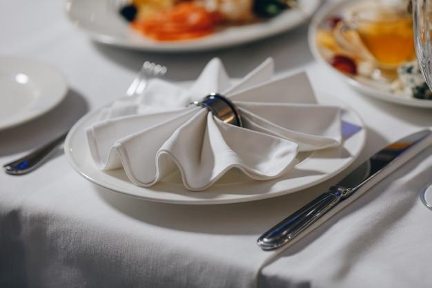 Utensílios de mesa de luxo belo cenário de mesa no restaurante