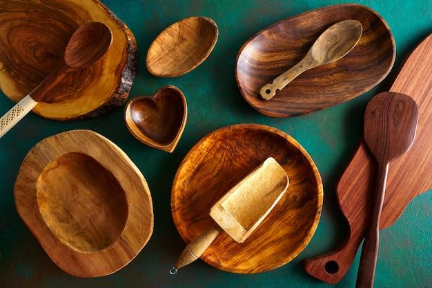Utensílios de mesa de madeira em verde sujo