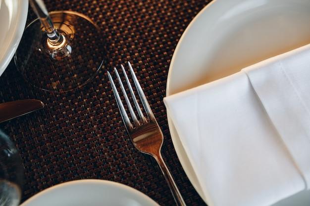 Utensílios de mesa linda mesa no restaurante