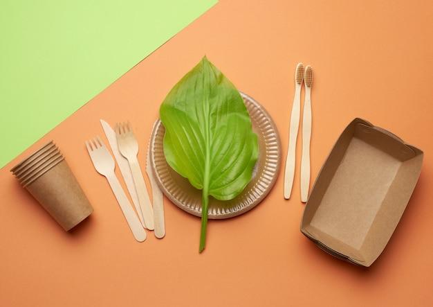 Utensílios de papel descartáveis de papel pardo e materiais reciclados