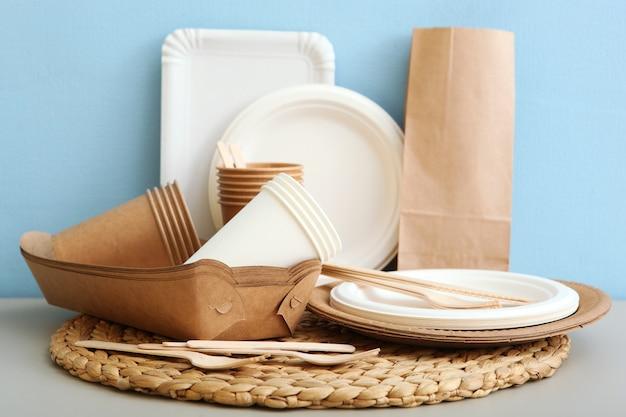 Utensílios de papel ecológico na mesa, close-up