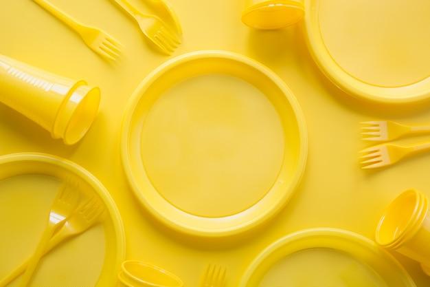 Utensílios de piquenique descartáveis amarelo. salve o planeta.