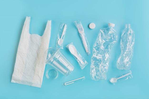 Utensílios de plástico. conceito de utilização de plástico de reciclagem. problema ecológico, poluição ambiental, vista superior, plana.