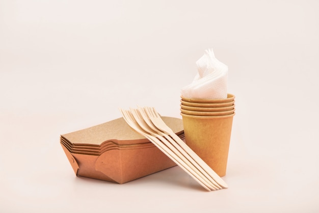 Utensílios descartáveis ecológicos feitos de madeira e papel de bambu