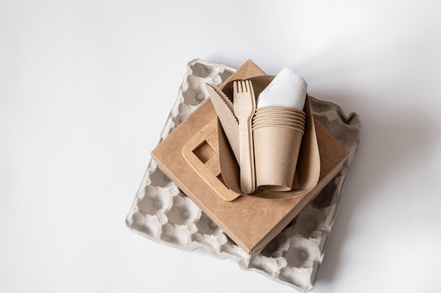 Utensílios descartáveis ecológicos feitos de papel e madeira de bambu. conceito de desperdício livre e zero de plástico. o conceito de zero desperdício e sem plástico.