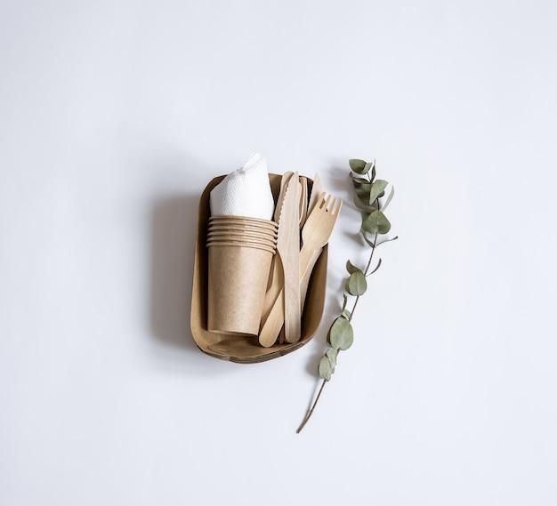 Utensílios descartáveis ecológicos feitos de papel e madeira de bambu. postura plana
