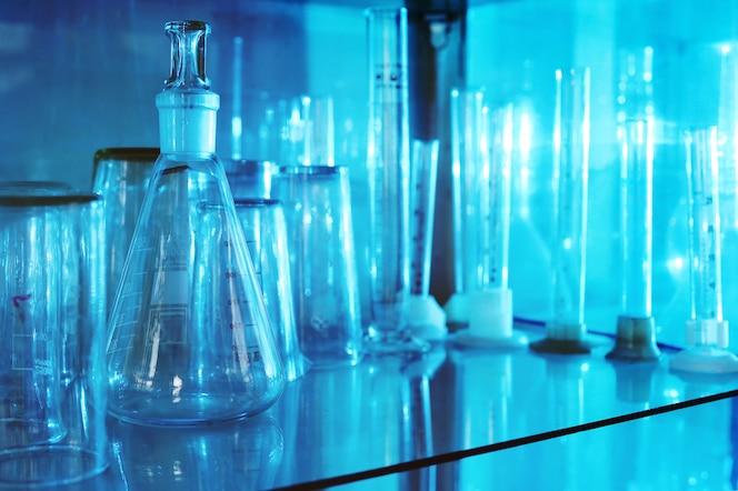 Utensílios médicos - frascos, tubos de ensaio, copos em close-up