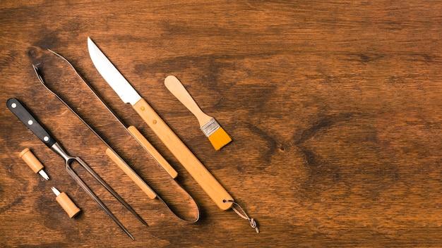 Utensílios para churrasco no fundo de madeira