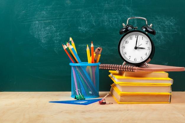 Utensílios para escrever e despertador