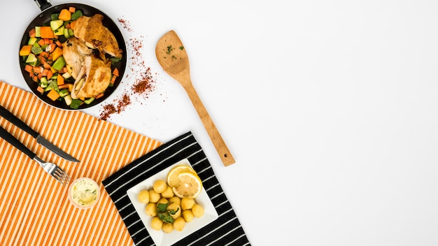 Utensílios perto de deliciosos pratos