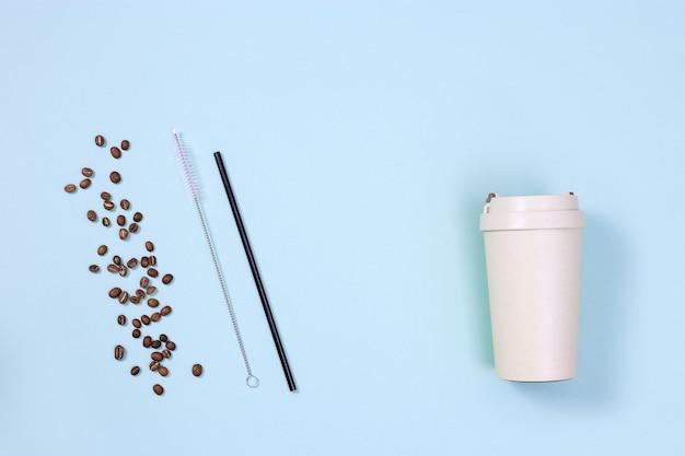Utensílios plásticos reutilizáveis e ecológicos. canudos de metal, xícara de café de bambu com grãos de café torrados. conceito de desperdício zero.
