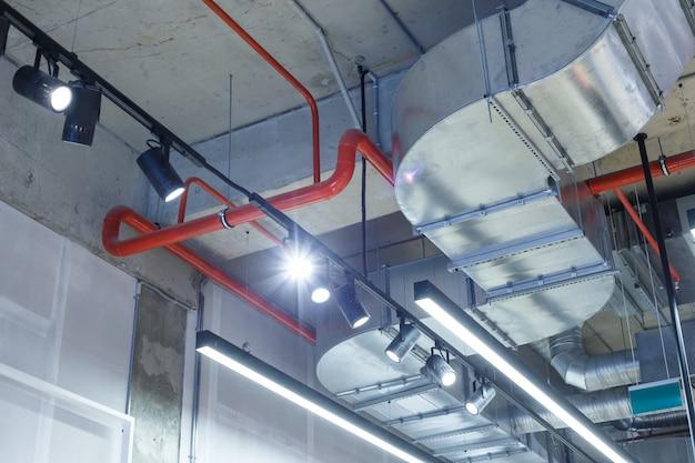 Utilitários industriais sob o teto.