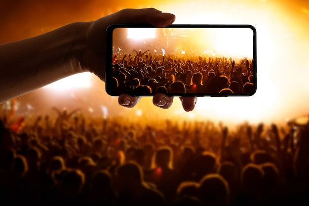 Utilizando tecnologia no evento. celular na mão.