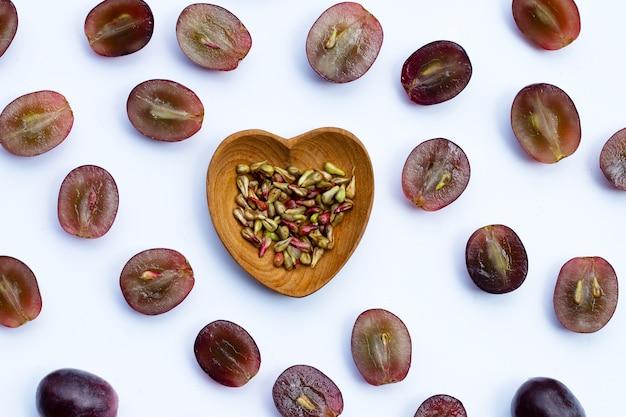 Uva fresca com sementes em fundo branco
