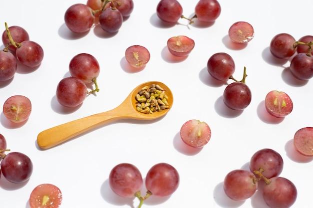 Uva fresca com sementes em fundo branco.