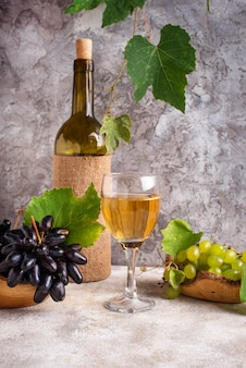 Uva, garrafa e copo de vinho branco