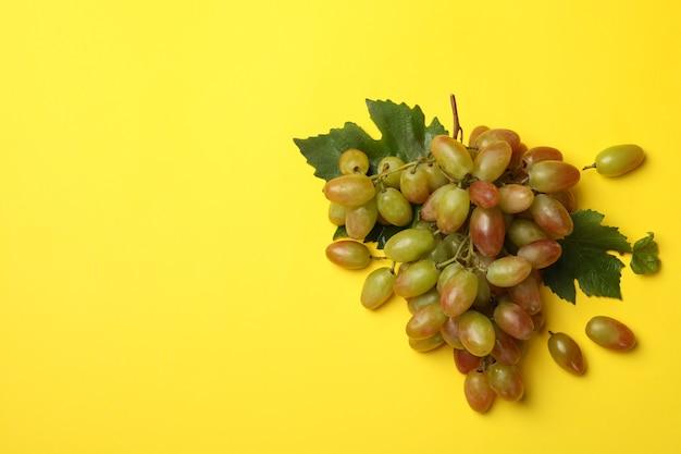 Uva madura fresca em vista superior amarela