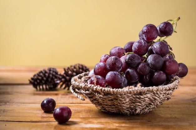 Uva na mesa de madeira