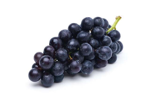 Uva preta isolada no fundo branco.