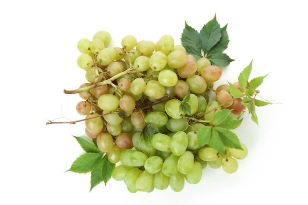 Uva verde madura isolada no fundo branco
