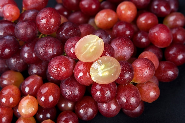Uva vermelha com gotas de água