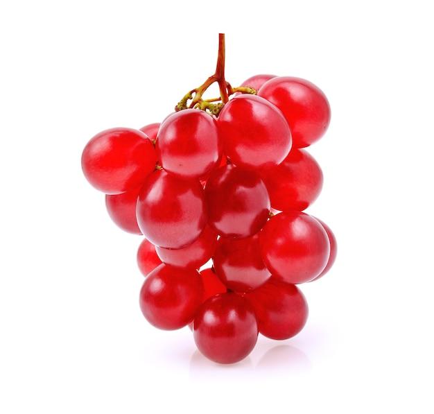 Uva vermelha isolada no branco