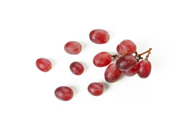 Uva vermelha madura isolada no fundo branco
