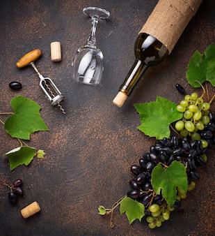 Uva, vinho e saca-rolhas vintage