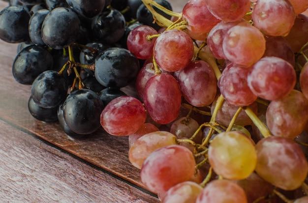 Uvas azuis com folha verde saudável comer