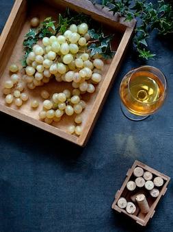 Uvas brancas doces suculentas e videira branca