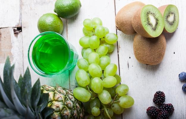 Uvas brancas e kiwi