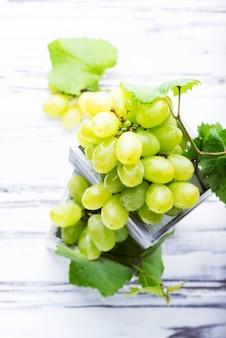 Uvas brancas em caixas