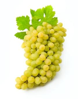 Uvas brancas maduras com folhas isoladas