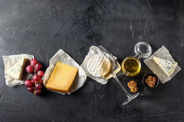 Uvas com vinho branco e vários tipos de queijos