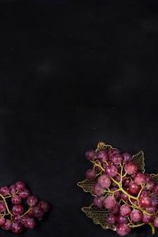 Uvas cor de rosa em um fundo preto