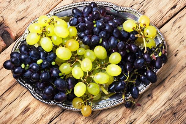 Uvas de outono na bandeja