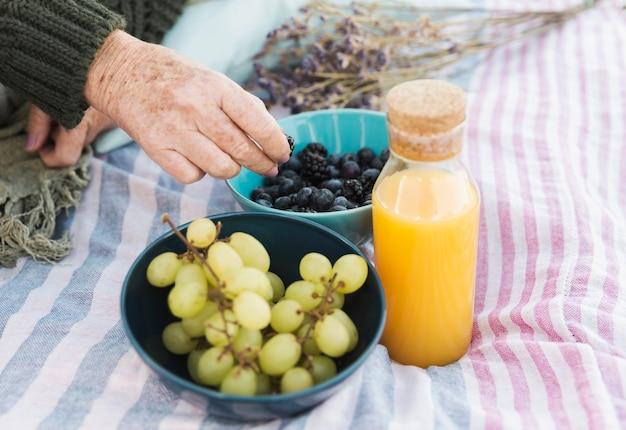 Uvas deliciosas e suco de laranja