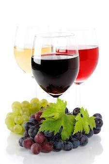 Uvas e copos de vinho
