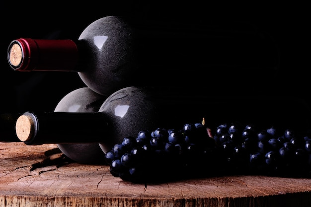 Uvas e garrafas de vinho