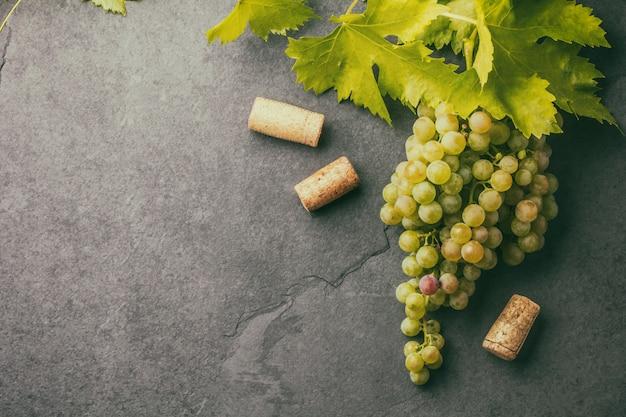 Uvas e rolhas de garrafa de vinho
