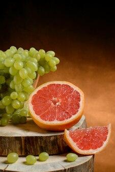 Uvas e toranja em uma mesa de madeira