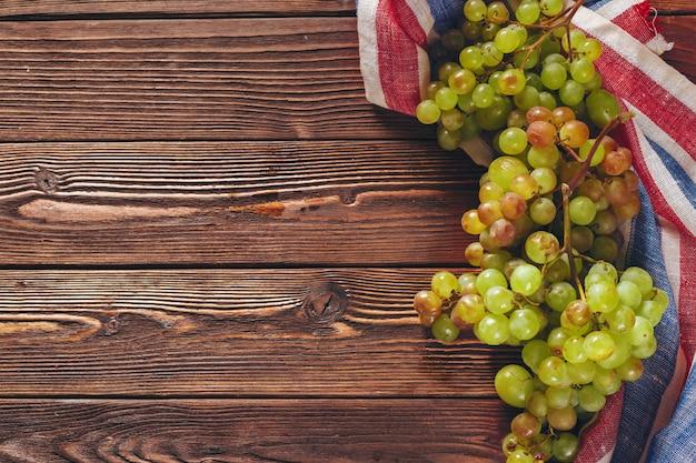 Uvas em um fundo de mesa de madeira com copyspace