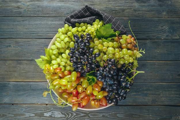 Uvas em uma mesa de madeira