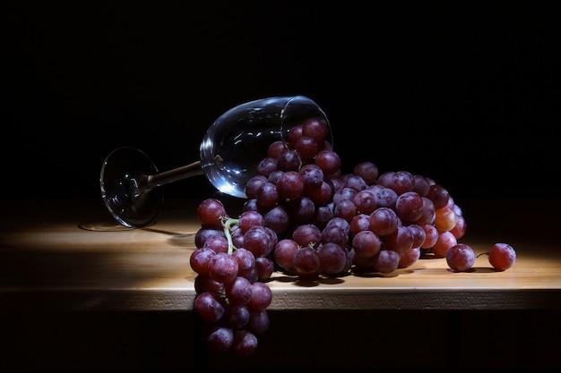 Uvas frescas e um copo de closeup