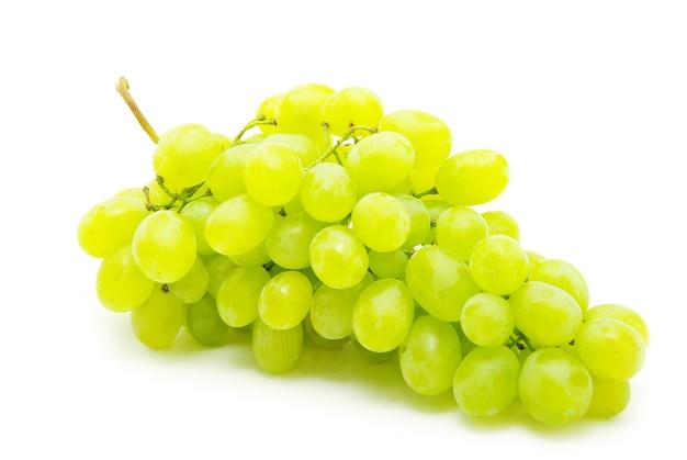Uvas frescas em fundo branco